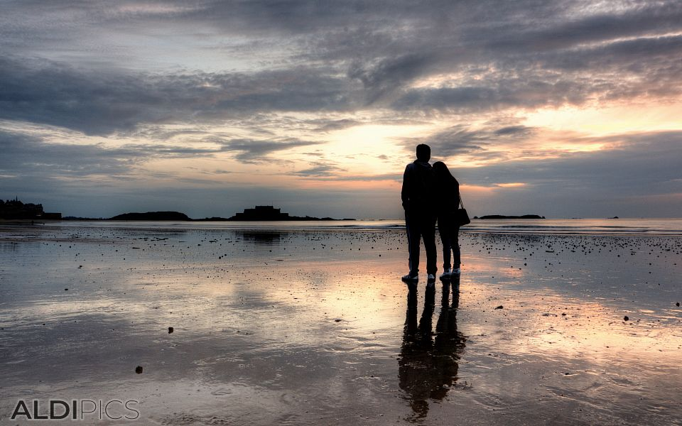 Couple in love on the beach of Saint-Malo